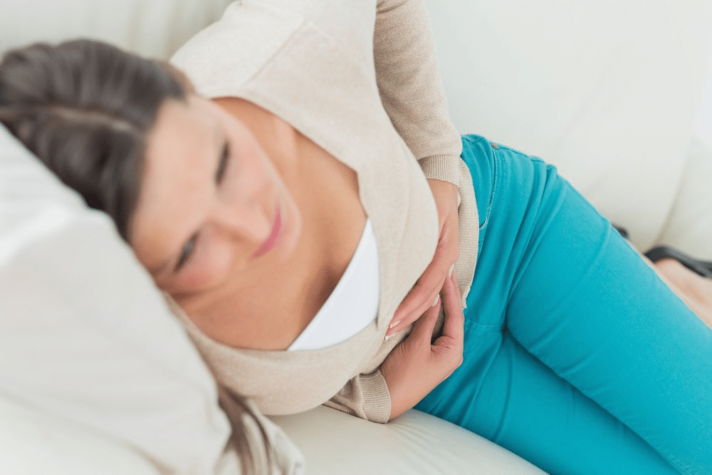 femme enceinte ayant des crampes abdominales