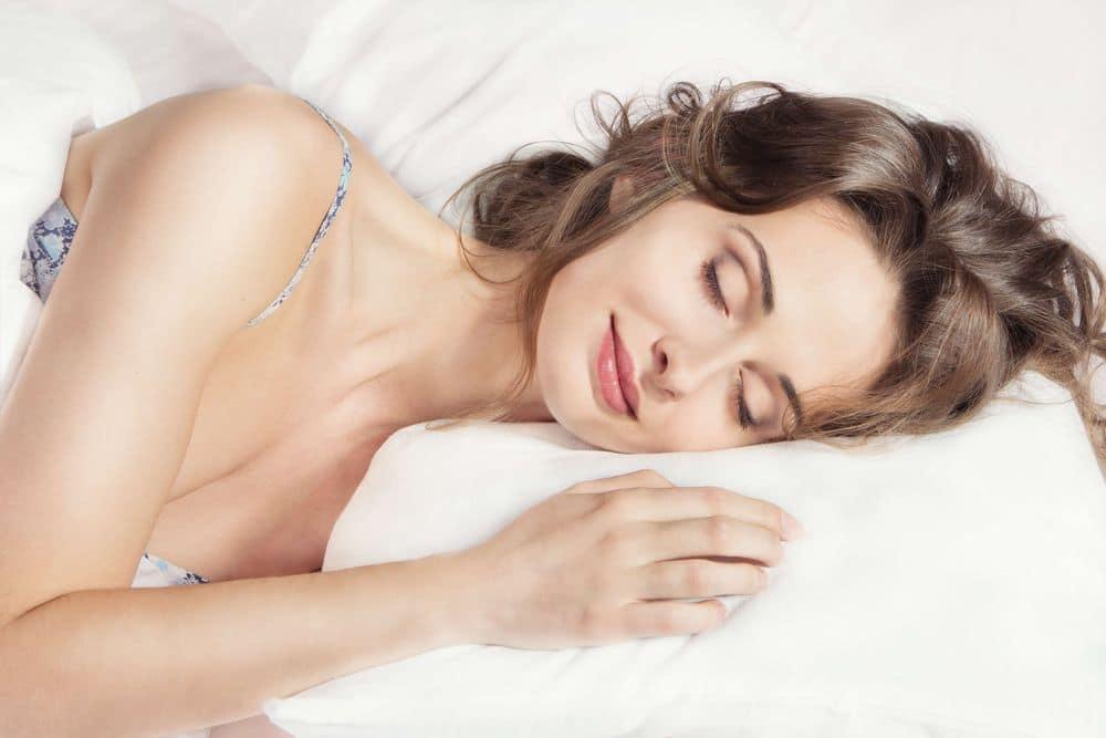 femme enceinte fatiguée dort