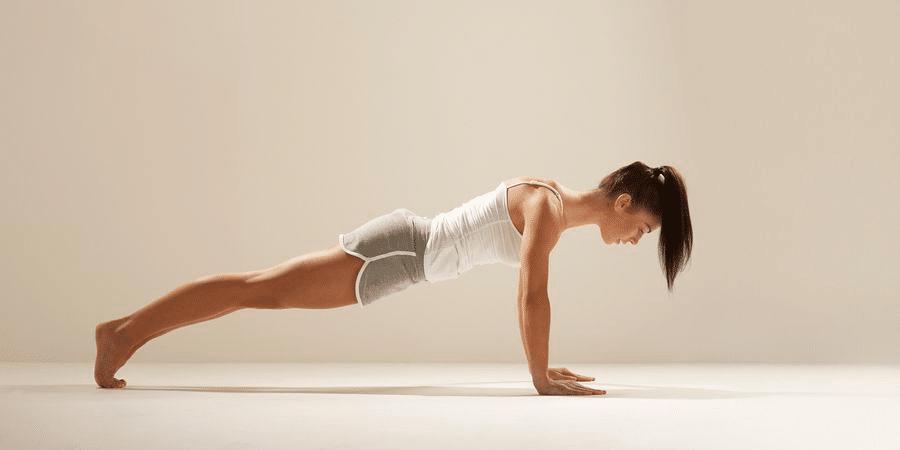 femme faisant des pompes pour maigrir des bras