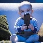 bébé regardant la télévision, télécommande à la main